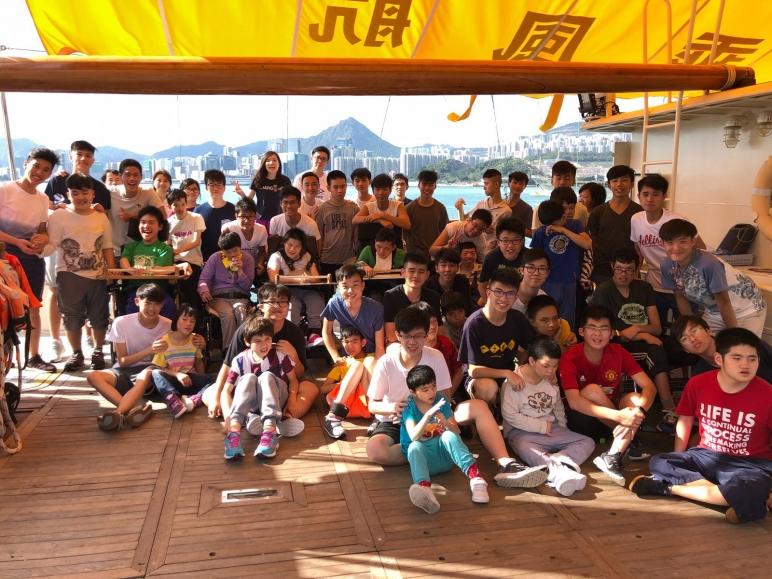 本校於2018年5月15日,聯同伙伴學校喇沙書院師生登上乘風航海上教室「賽馬會歡號」作海上訓練,期間學生與伙伴合作參與拉頭帆活動及參觀訓練船,午後學生進行各類船上訓練和自我挑戰。在訓練之後3天,伙伴學校及乘風航教練再次到訪與學生作航後會分享活動當日的感受,期間「伙伴」與「拍檔」一同獲頒訓練證書及留影,場面愉快融洽。