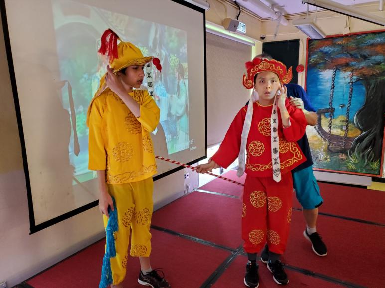 本校於暑期活動期間舉行中華文化日,讓學生透過穿上富中國特色的衣著、參與面譜創作、彈奏樂器、體驗書法及觀賞中樂演奏等活動,培養對中華文化的興趣。